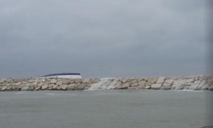 Rimini, barca sugli scogli: un morto e tre dispersi