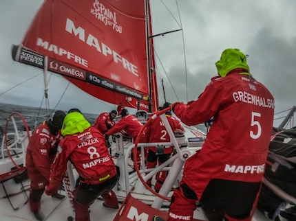 volvo ocean race mapfre nuovo leader dietro si soffre red line