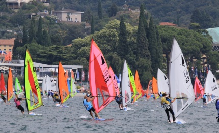 torbole windsurf temporali non fermano le regate